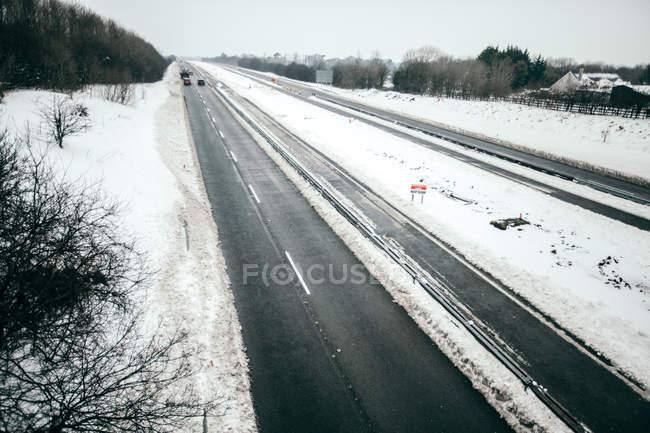 Автострада М7 в снегу, графство Килдэр, Уэстер, Ирландия — стоковое фото
