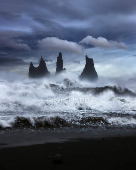Живописный вид на волны, несущиеся вдоль скального побережья, Исландия — стоковое фото