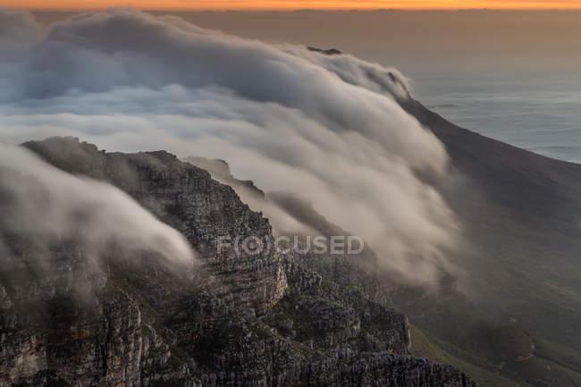 Vista panoramica delle nuvole che rotolano sopra Table Mountain, Città del Capo, Western Cape, Sud Africa — Foto stock