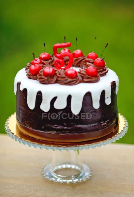 Торт на день рождения украшен вишней и цифрой 5 — стоковое фото