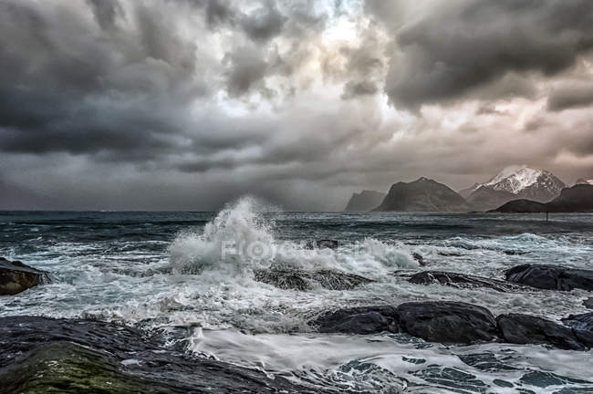 Vista panorâmica de Stormy sea and beach, Flakstad, Lofoten, Nordland, Noruega — Fotografia de Stock