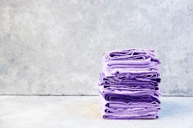 Vista de cierre de Stack de servilletas púrpuras dobladas - foto de stock