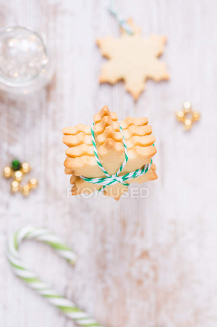 Fresh snowflake shaped cookies decorations — Stock Photo