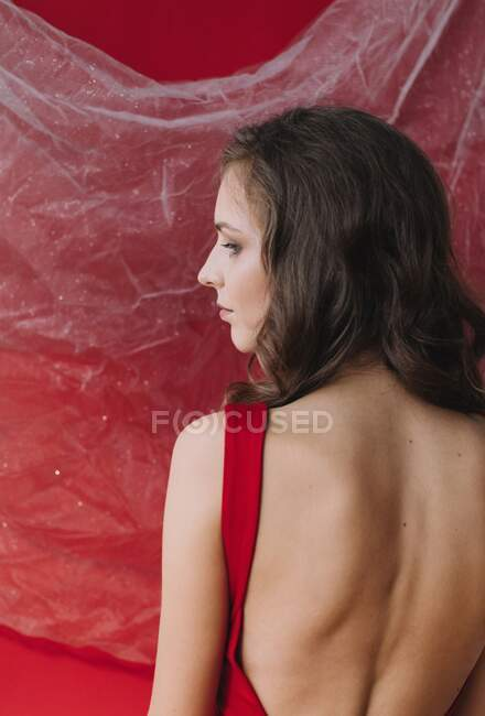 Hermosa joven en lencería roja - foto de stock