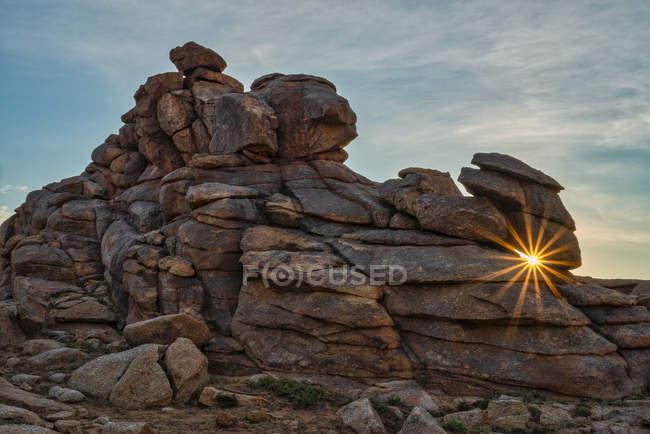 Солнечный удар сквозь камни в Бага Газариин Чулуу, Монголия — стоковое фото