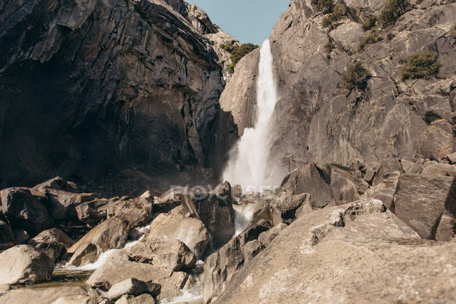 Vue panoramique sur la cascade, parc National de Yosemite, en Californie, Amérique, Usa — Photo de stock