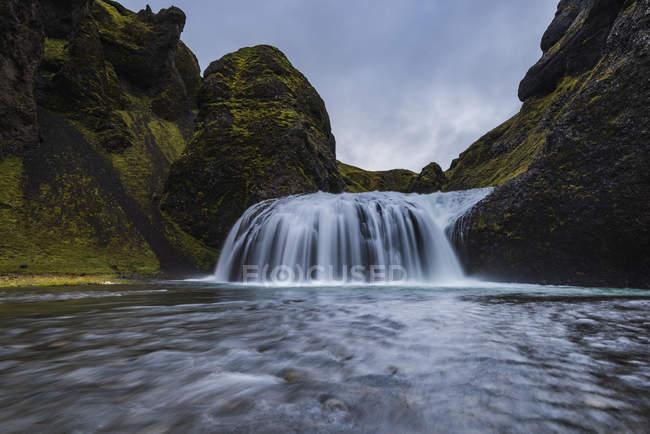 Живописный вид на водопад Stjornarfoss, Исландия — стоковое фото