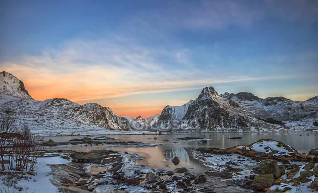Pôr do sol sobre a paisagem de montanha, Lofoten, Nordland, Noruega — Fotografia de Stock