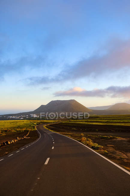 Road leading to Monte Corona volcano, Lanzarote, Canary Islands, Spain — Stock Photo