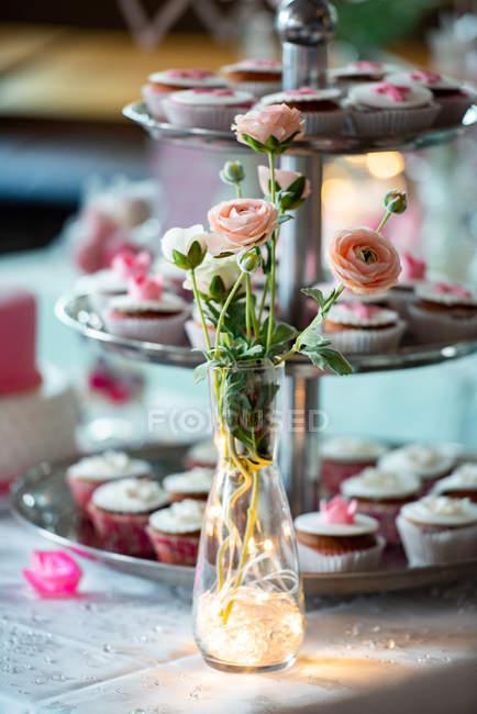 Leckere Cupcakes auf einer Torte, Nahaufnahme — Stockfoto