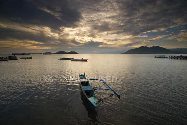 Традиционные лодки на якоре на пляже Пототано, Сумбава, Западная Нуса Тенггара, Индонезия — стоковое фото