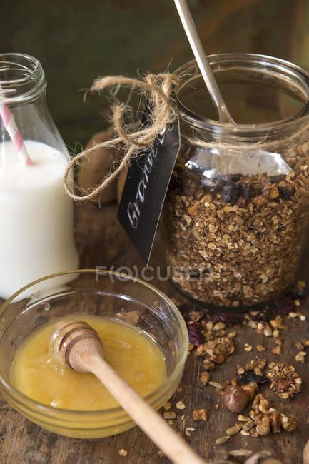 Granola con miel y leche, vista de primer plano - foto de stock