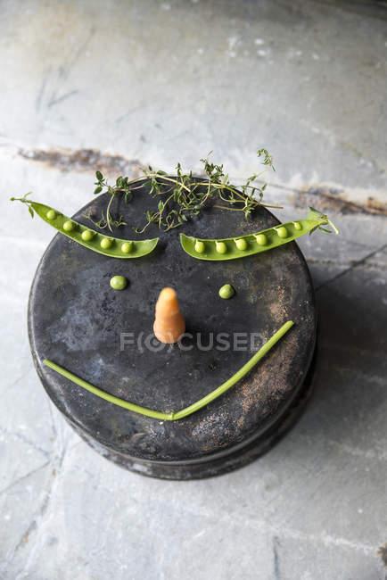 Vista close-up de legumes fazendo um rosto sorridente — Fotografia de Stock