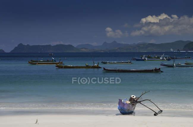 Традиционные лодки на якоре в море, Ломбок, Западная Нуса Тенггара, Индонезия — стоковое фото