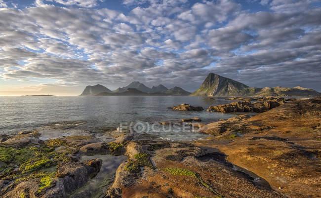 Vista panorámica del paisaje de playa costera, Lofoten, Nordland, Noruega - foto de stock