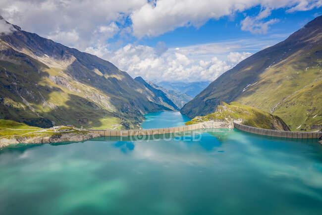 Vista para o lago de montanha em Alpes austríacos, Suíça — Fotografia de Stock