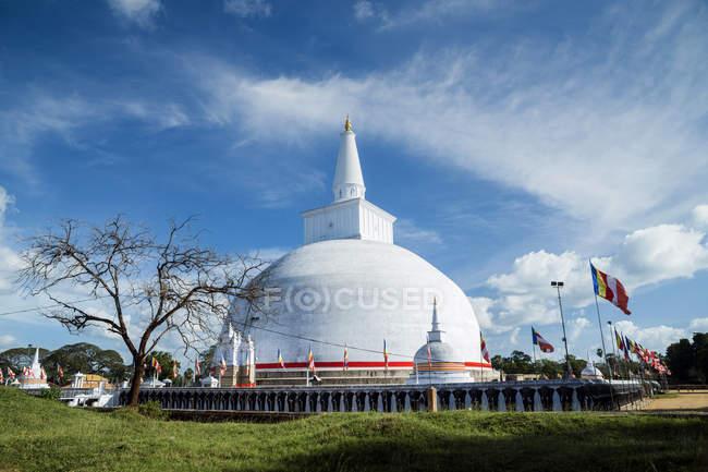 Scenic view of Ruwanwelisaya Stupa, Anuradhapura, Sri Lanka — Stock Photo