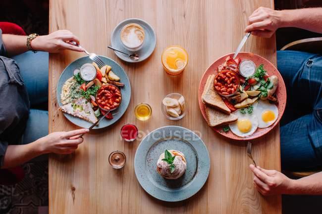 Пара ест яйцо и завтрак с беконом — стоковое фото