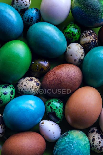 Vista de perto dos ovos de Páscoa tingidos — Fotografia de Stock