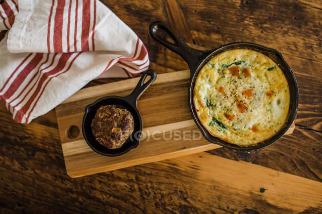Top-Ansicht von Frittata mit Wurstfrühstück — Stockfoto