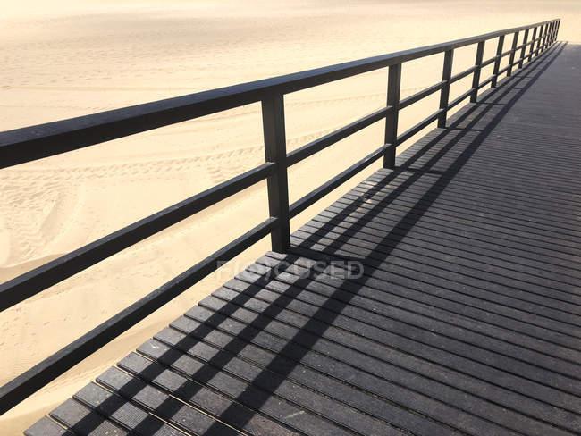 Vue panoramique sur la jetée en bois à la plage, Portugal — Photo de stock