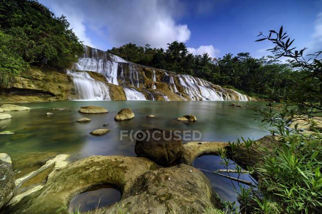 Живописный вид на водопад Куруг Денгденг, Тасикмалая, Западная Ява, Индонезия — стоковое фото