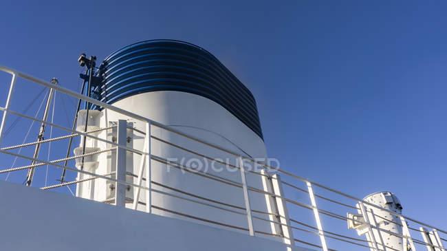 Vista ad angolo basso di una nave da crociera camino — Foto stock