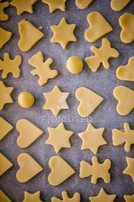 Накладные виды сырого печенья на противне — стоковое фото