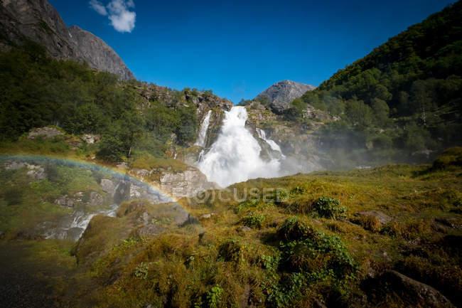 Vista cénico da cachoeira, Briksdalsbreen, Parque Nacional de Jostedalsbreen, Noruega — Fotografia de Stock
