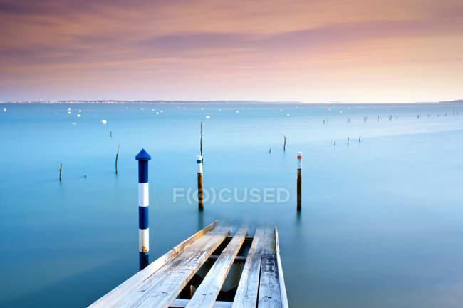 Живописный вид на спуск лодки на воду Вуден, Пирайан, Аркашон, Жиронда, Нувель-Афелен, Франция — стоковое фото