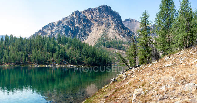 Scenic view of majestic landscape with lake and mountains — Stock Photo