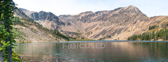 Vista panorámica del majestuoso paisaje con el lago y las montañas - foto de stock