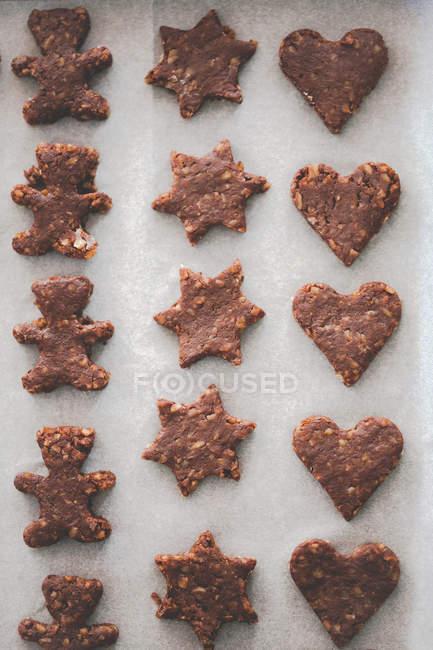 Накладные виды сырого шоколадного печенья на противне — стоковое фото