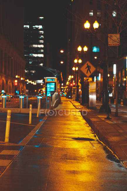 Empty city street at night, Chicago, Illinois, United States — Foto stock