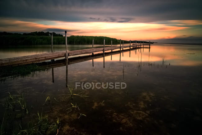 Scenic view of Wooden riverside jetty, Kintai, Klaipeda, Lithuania — Stock Photo