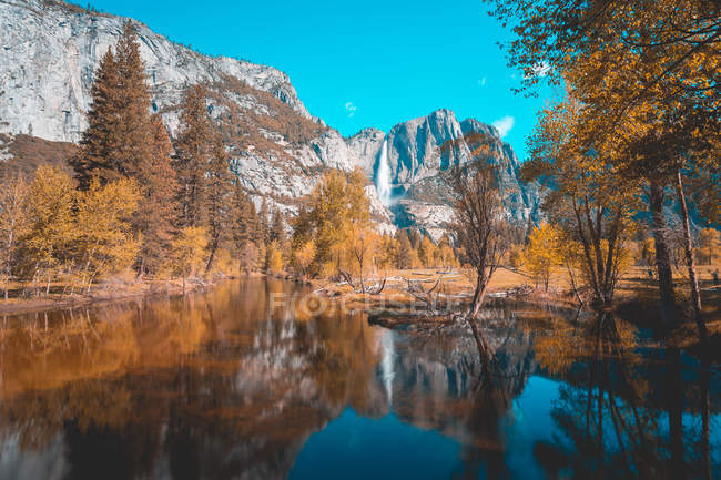 Vue panoramique de Yosemite Falls, parc National de Yosemite, Californie, États-Unis — Photo de stock