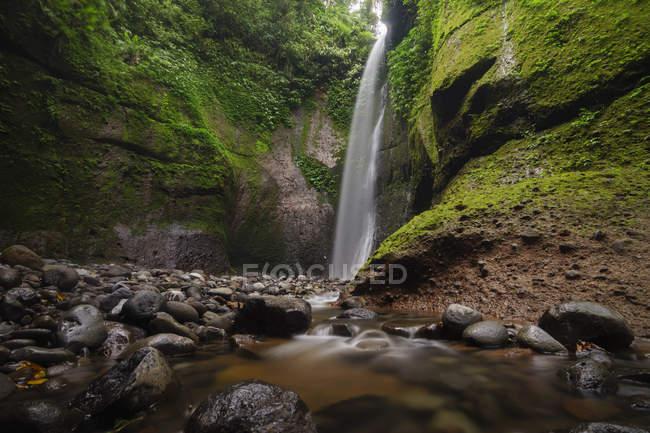 Herrliche Sicht auf den Wasserfall, Rinjani Nationalpark, Lombok, Indonesien — Stockfoto