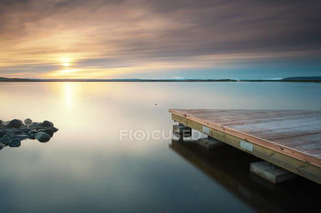 Vue panoramique du lever du soleil sur une jetée en bois sur le lac Laugarvatn, Islande — Photo de stock