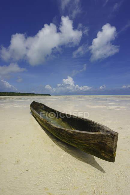 Malerischer Blick auf traditionelle Holzboote am Strand von ohoidertawun, Kai-Inseln, Maluku, Indonesien — Stockfoto