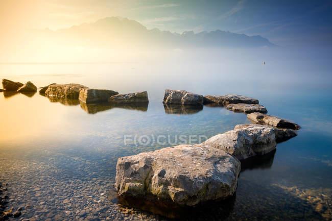 Vista panorámica de Rocas en el Lago de Ginebra, Montreux, Vaud, Suiza - foto de stock