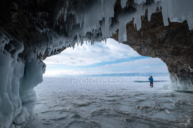 Homme marchant dans un paysage gelé, Oblast d'Irkoutsk, Sibérie, Russie — Photo de stock