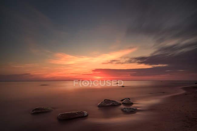Vue panoramique sur le coucher de soleil sur la plage, Karkle, Klaipeda, Lituanie — Photo de stock