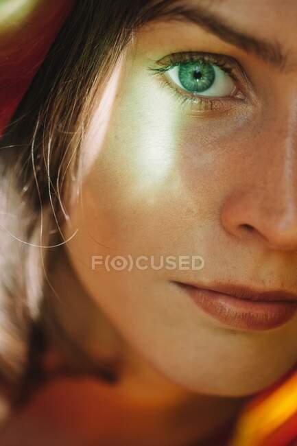Зворотний портрет жінки. — стокове фото