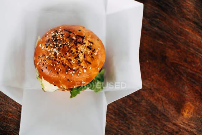 Hambúrguer fresco em uma mesa, vista close-up — Fotografia de Stock