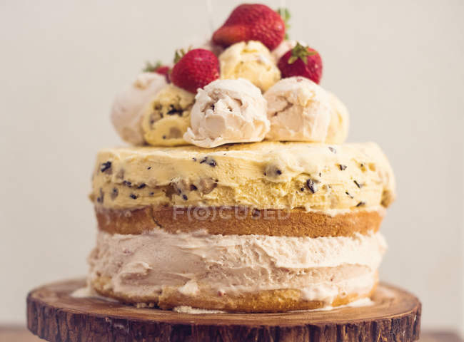 Geschichteter Eiskuchenteig, Vanillekuchen und Erdbeeren — Stockfoto