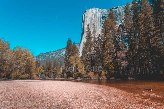 Vista panorâmica do El Capitan e o rio Merced, Parque Nacional de Yosemite, Califórnia, Estados Unidos — Fotografia de Stock