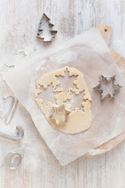 Печенье тесто и рождественские резцы печенья — стоковое фото