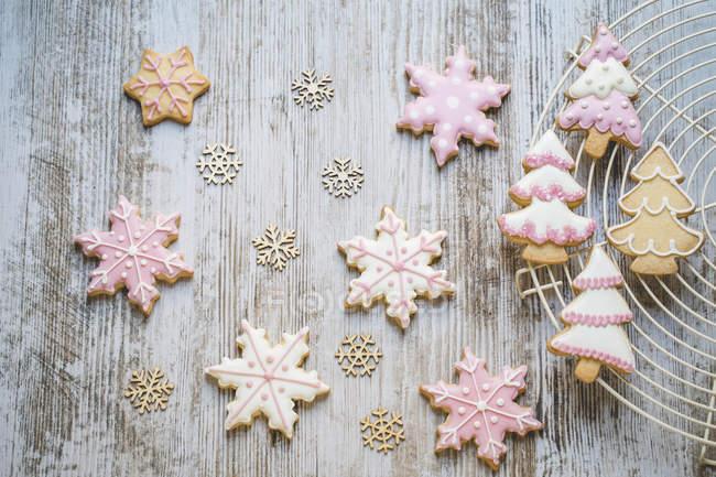 Vista de primer plano de las galletas de Navidad en un estante de refrigeración - foto de stock