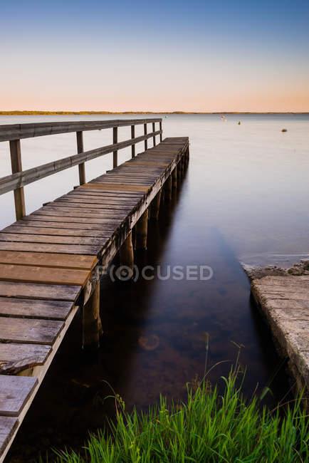 Vista panoramica sul molo di legno al tramonto, Lacanau, Gironde, Nouvelle-Aquitaine, Francia — Foto stock