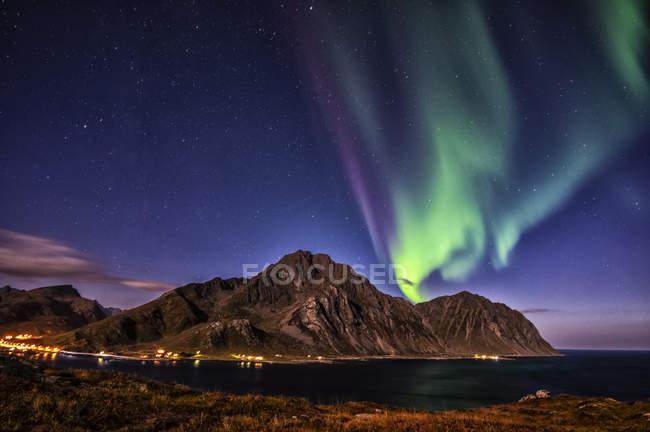Живописный вид на северное сияние, гора. Магазин Nappstind, Лоффелланд, Норвегия — стоковое фото